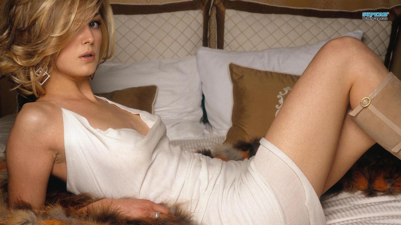 Rosamund Pike en mini-robe décolletée