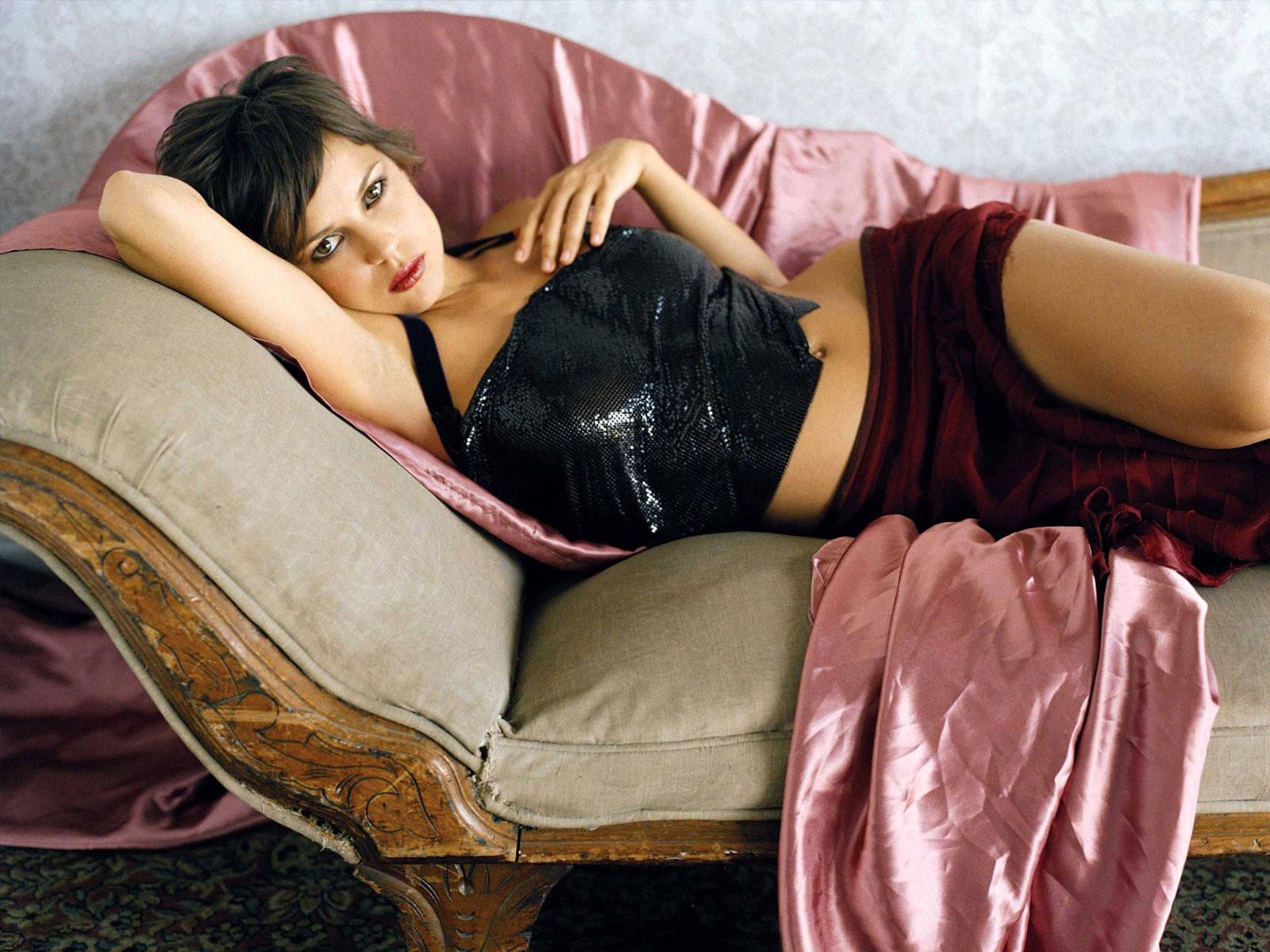 Elena Anaya en jupe et débardeur