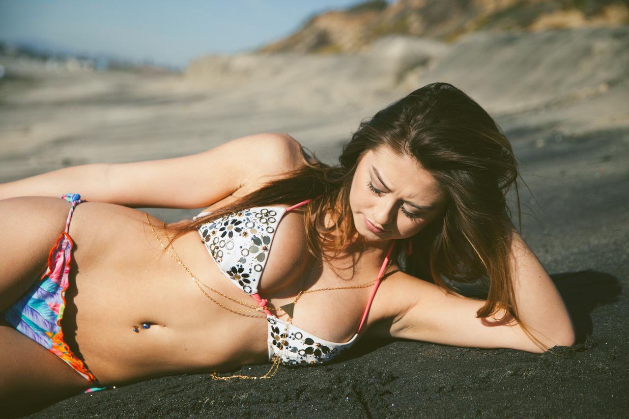 Erin Cahill en bikini