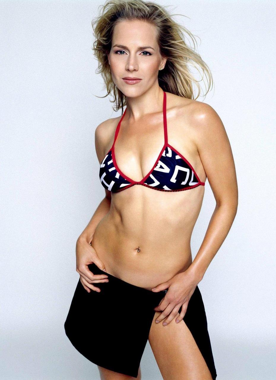 Julie Benz en bikini