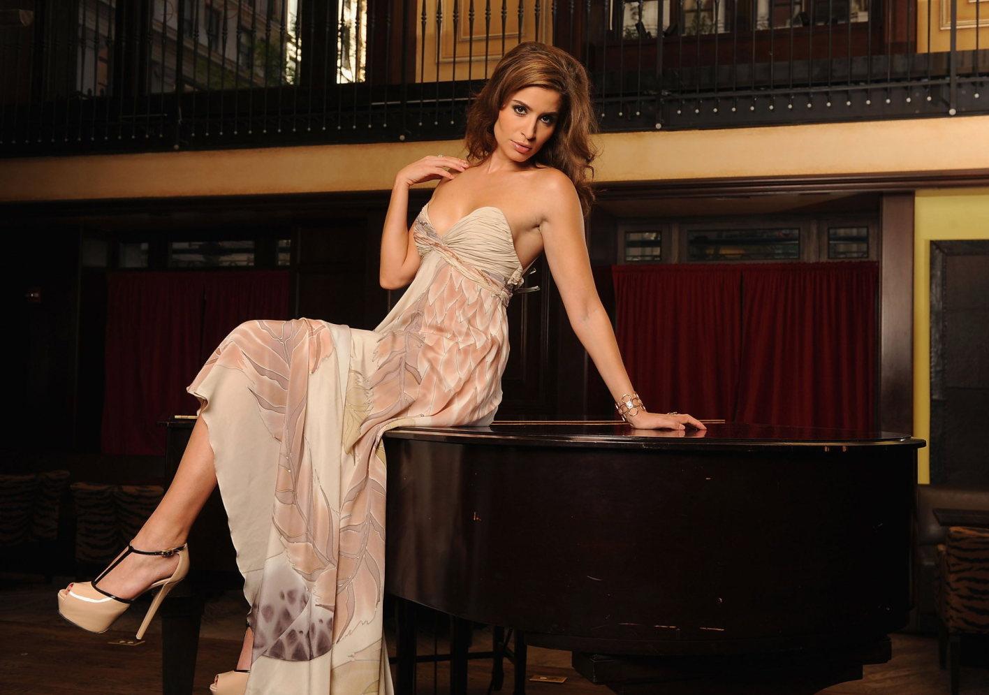 Mercedes Masohn en robe décolletée