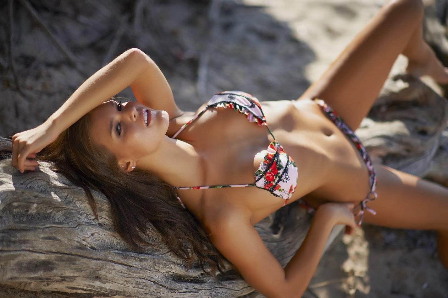 Joy Corrigan en bikini