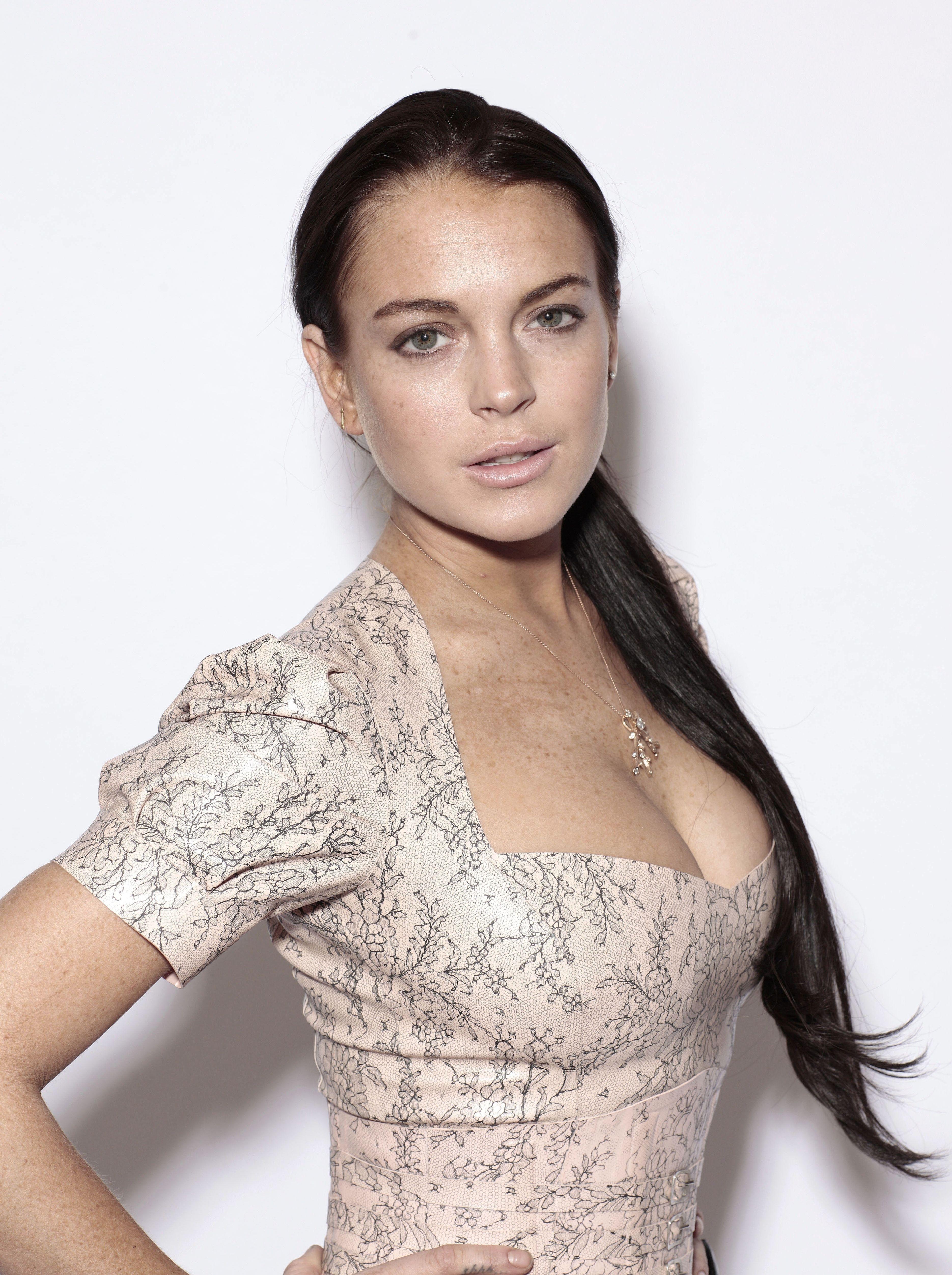 Lindsay Lohan en robe décolletée