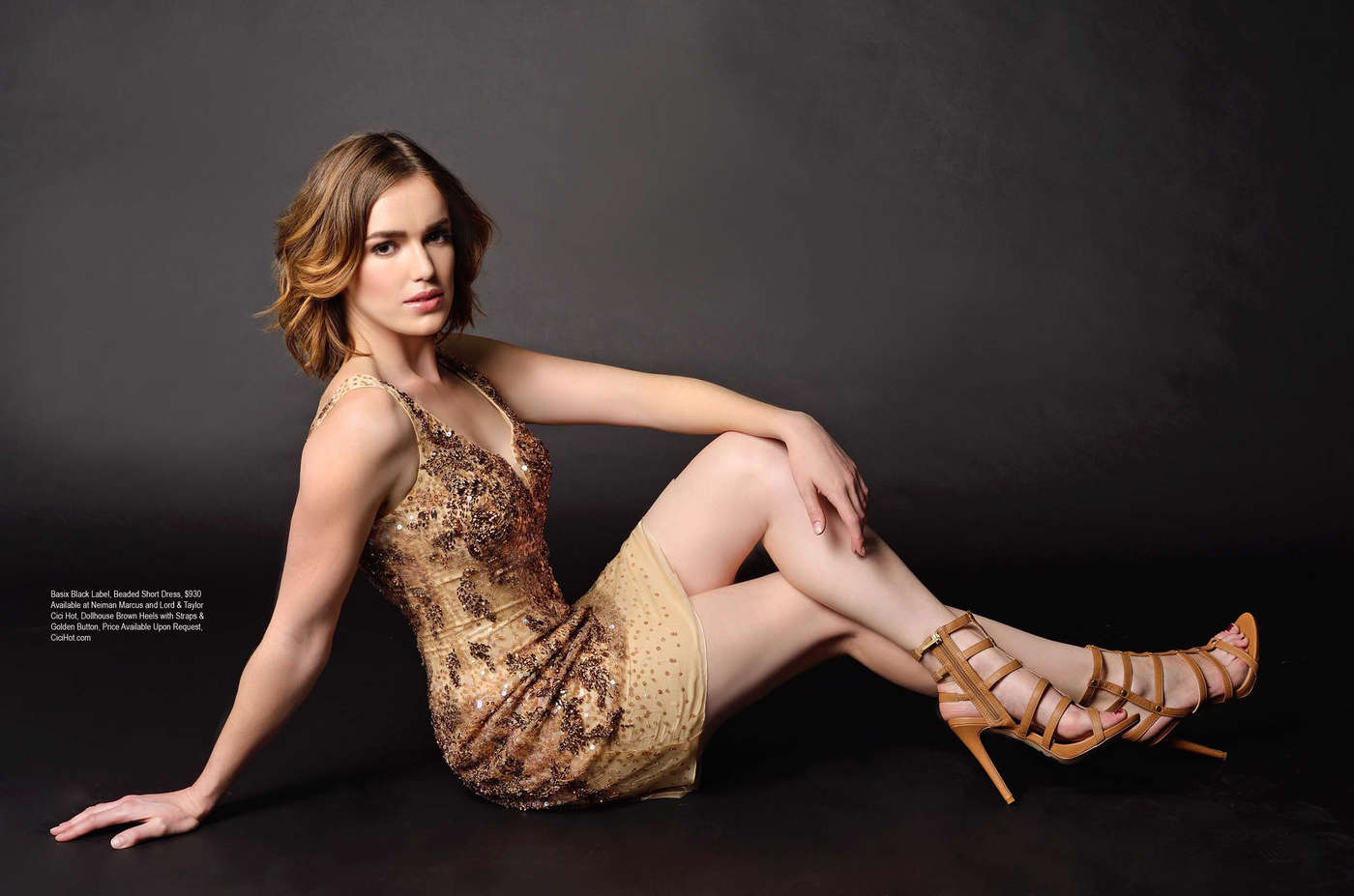 Elizabeth Henstridge en mini-robe décolletée