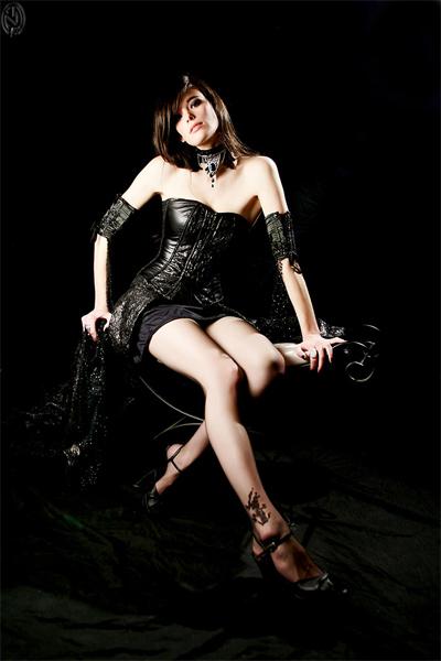Clémentine Delauney en mini-jupe et corset