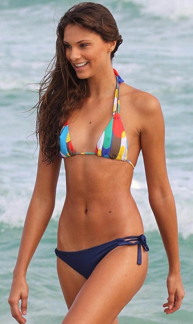 Fernanda Uesler en bikini sur la plage