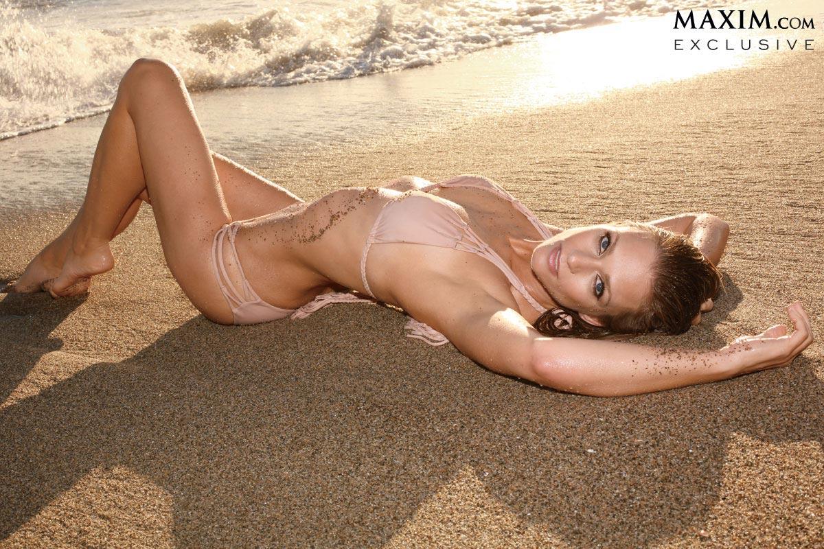 Andrea Joy Cook en bikini sur la plage