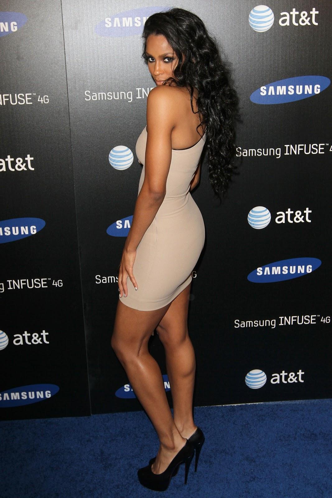 Ciara en mini-robe moulante