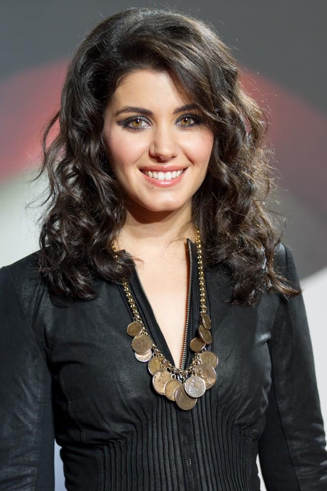 Katie Melua en veste de cuir