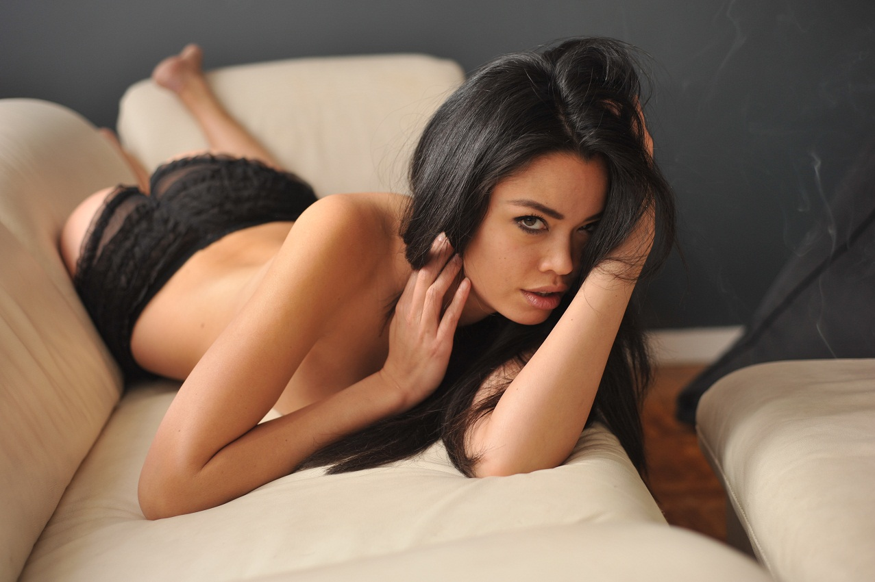 Caroline Lê Quang topless