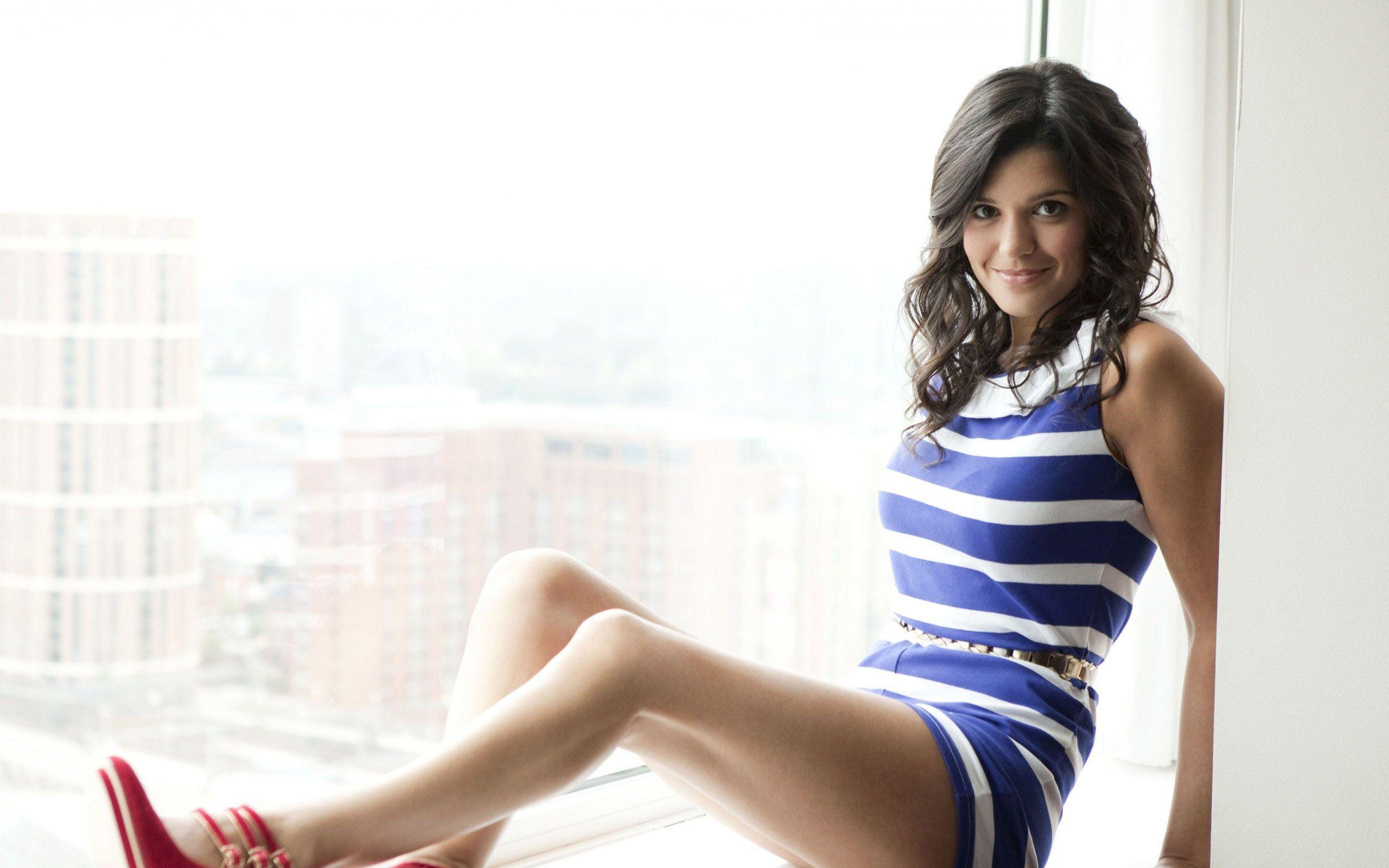 Natalie Anderson en mini-robe moulante