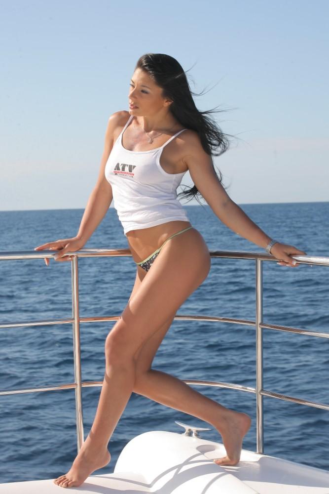 Sofia Gucci en string et débardeur