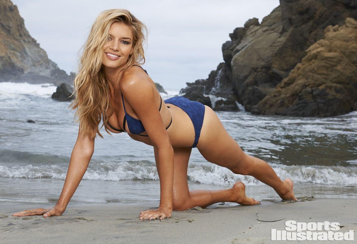 Kelly Rohrbach en bikini sur la plage