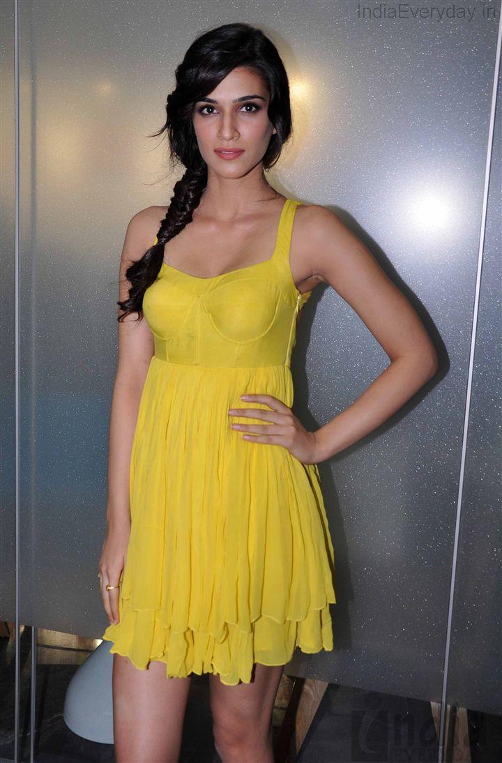 Kriti Sanon en mini-robe décolletée