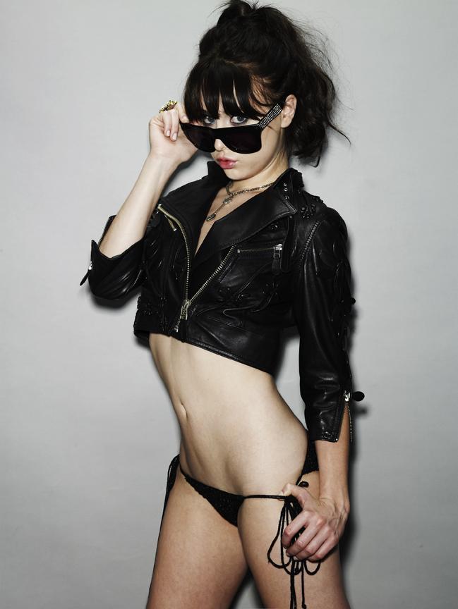 Alessandra Torresani en culotte et veste de cuir