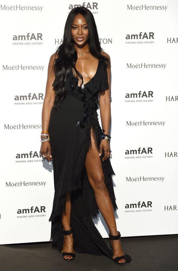 Naomi Campbell en robe très décolletée