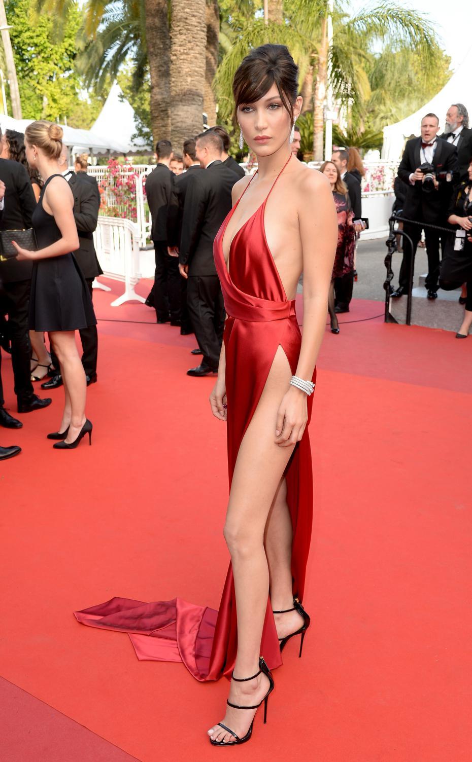 Bella Hadid en robe fendue très décolletée