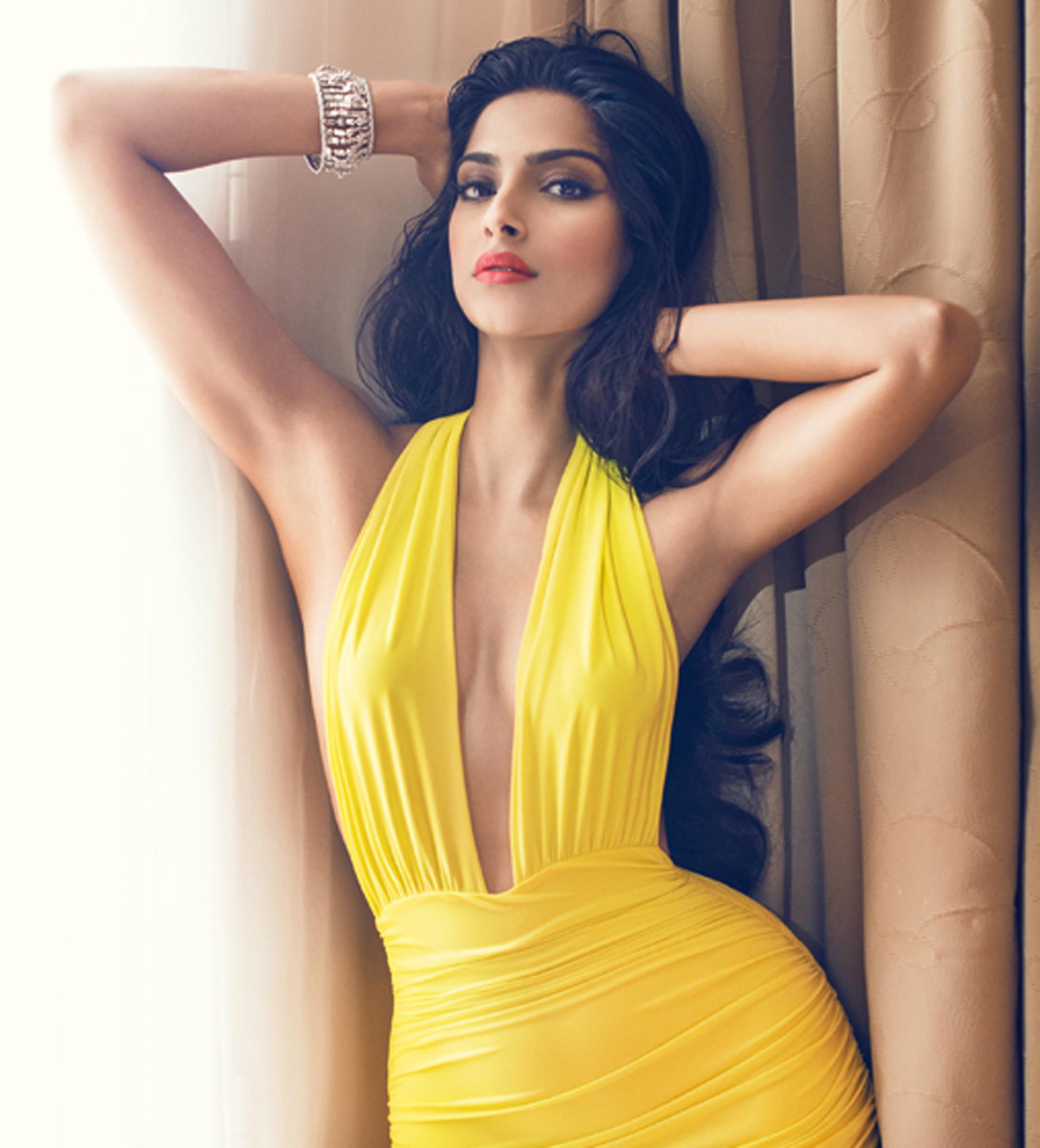 Sonam Kapoor en robe très décolletée