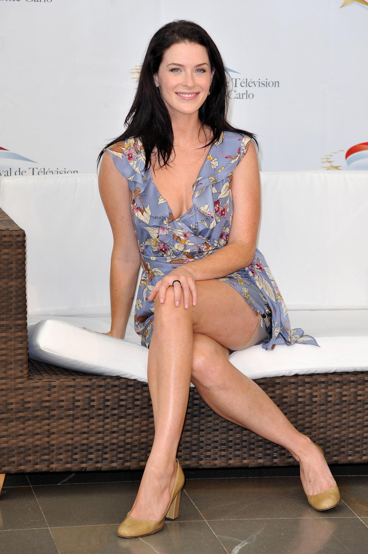 Bridget Regan en mini-robe décolletée
