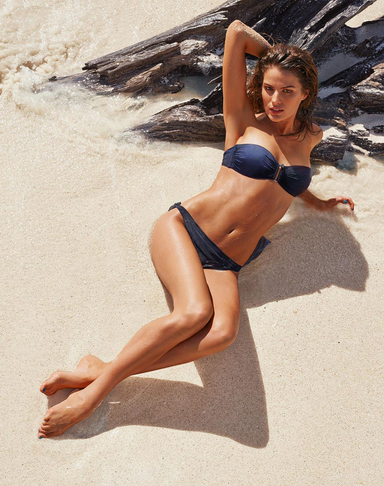 Cameron Russell en bikini sur la plage
