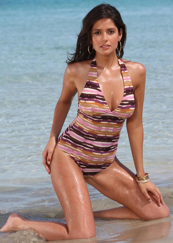 Carla Ossa en maillot de bain sur la plage