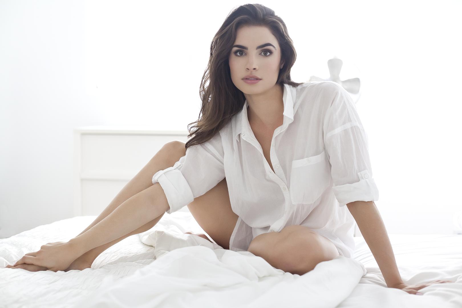 Hilty Bowen en chemise transparente