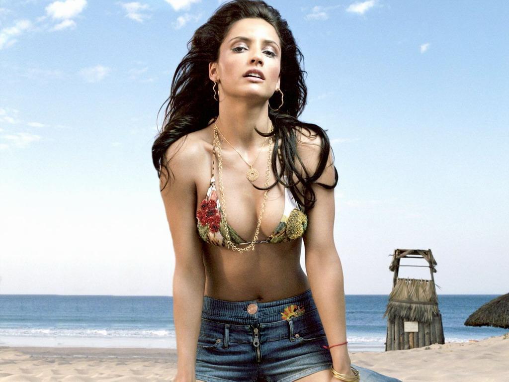 Leonor Varela en mini-short et bikini