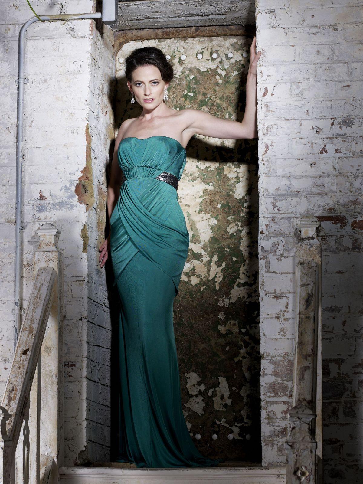 Lara Pulver en robe moulante