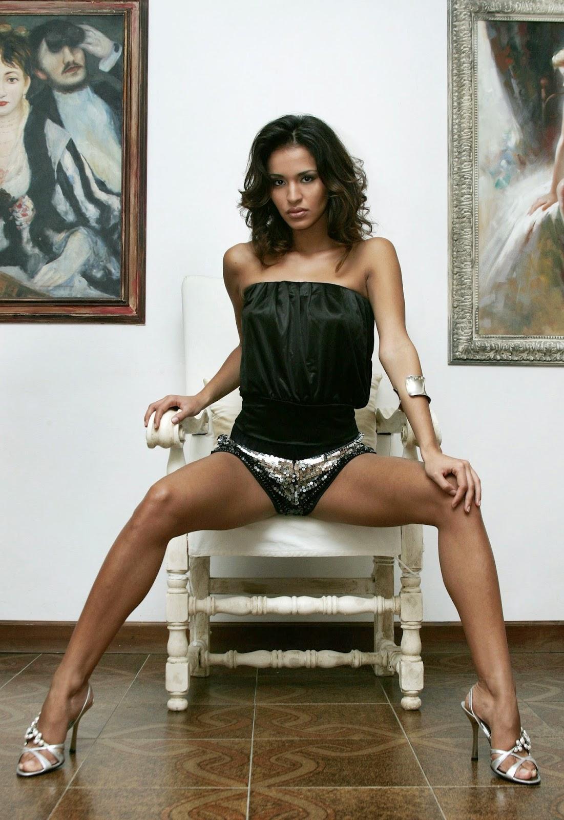 Leila Ben Khalifa en top et culotte
