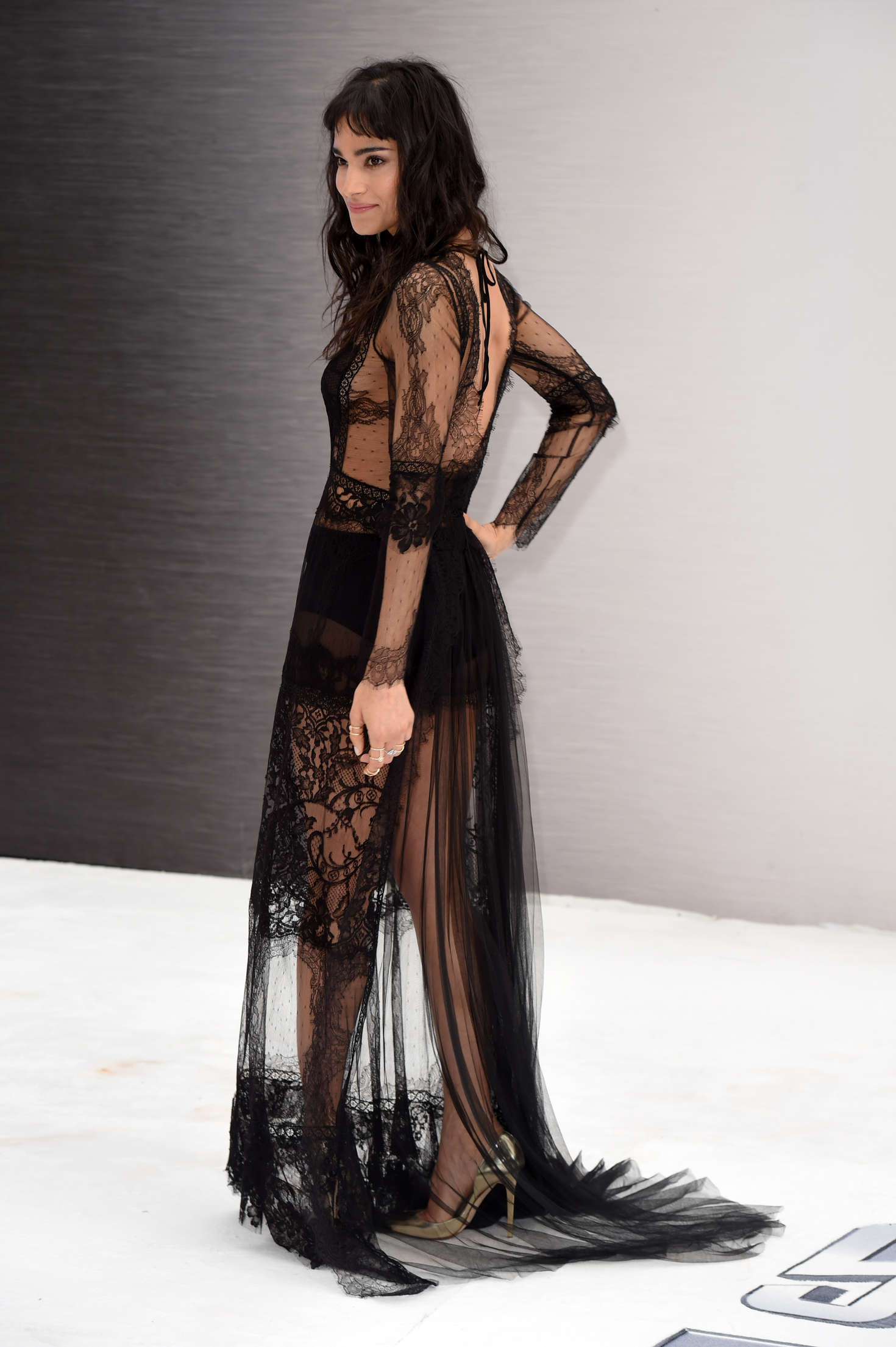 Sofia Boutella en robe de dentelle transparente
