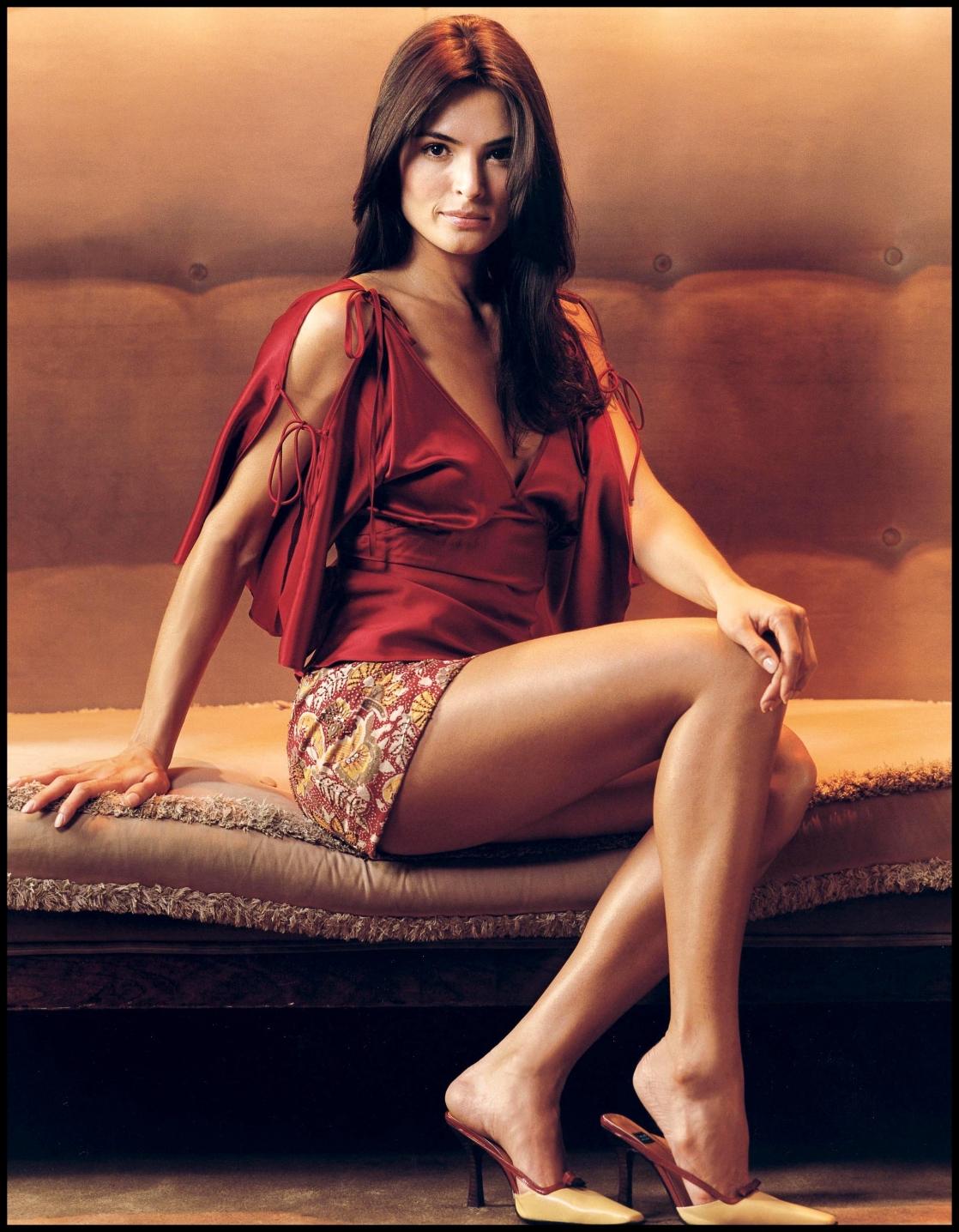 Talisa Soto en mini-jupe et débardeur
