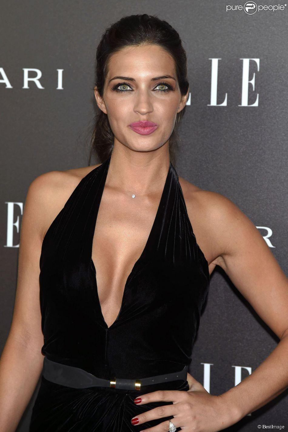 Sara Carbonero en robe très décolletée