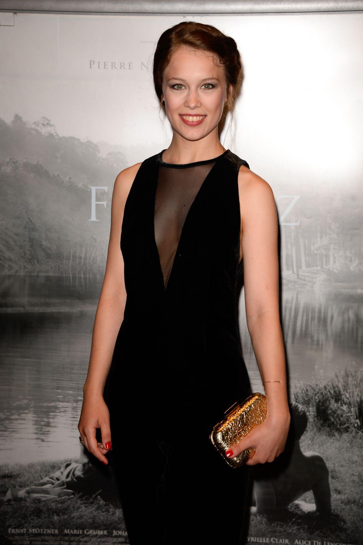 Paula Beer en robe décolletée