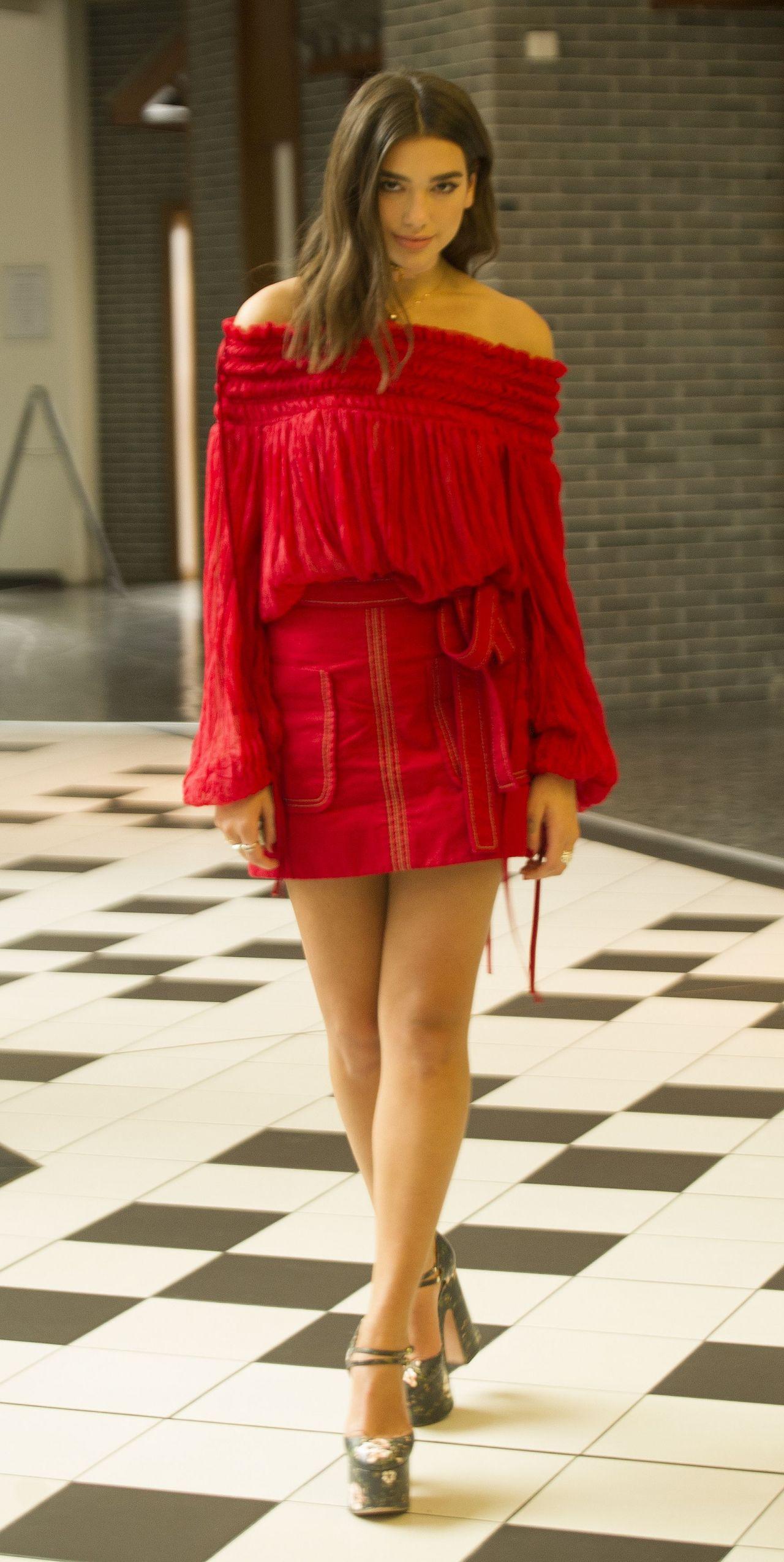 Dua Lipa en mini-robe