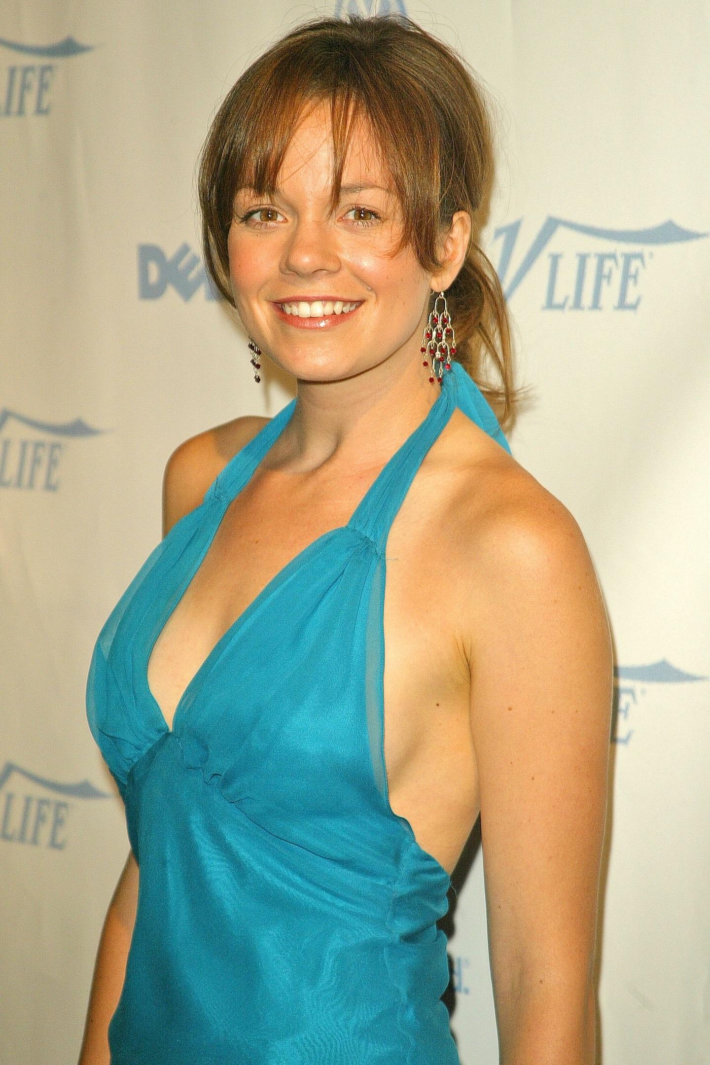 Rachel Boston en robe très décolletée