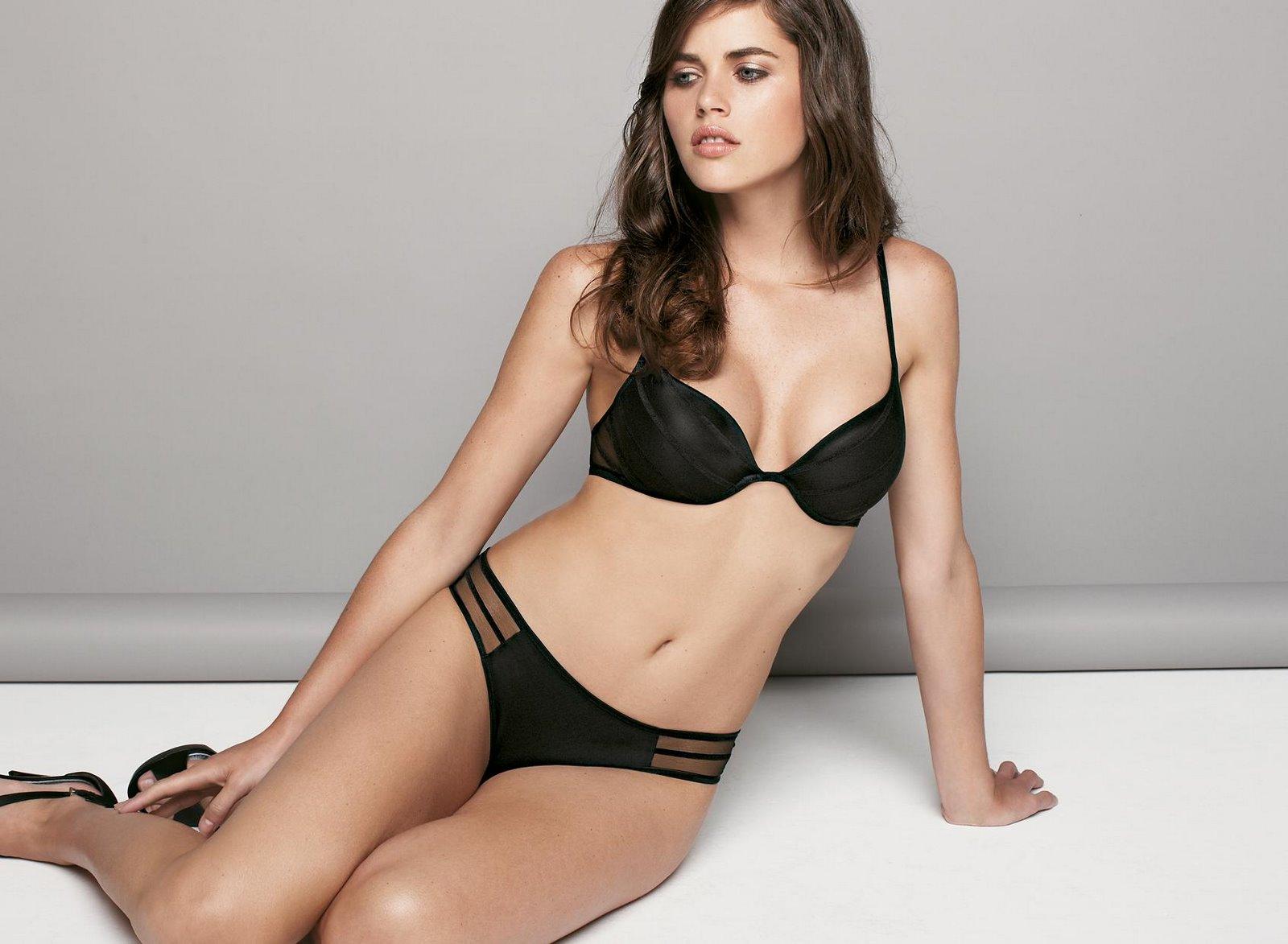 Zoe Duchesne en lingerie