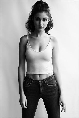 Claire Chust en jean et débardeur