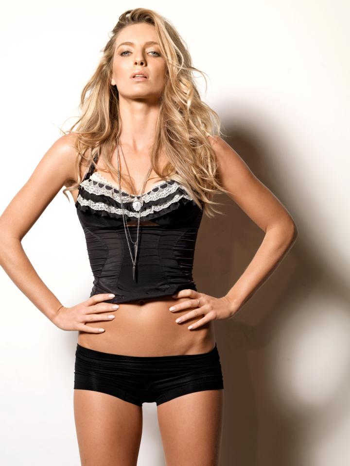 Annabelle Wallis en culotte et corset