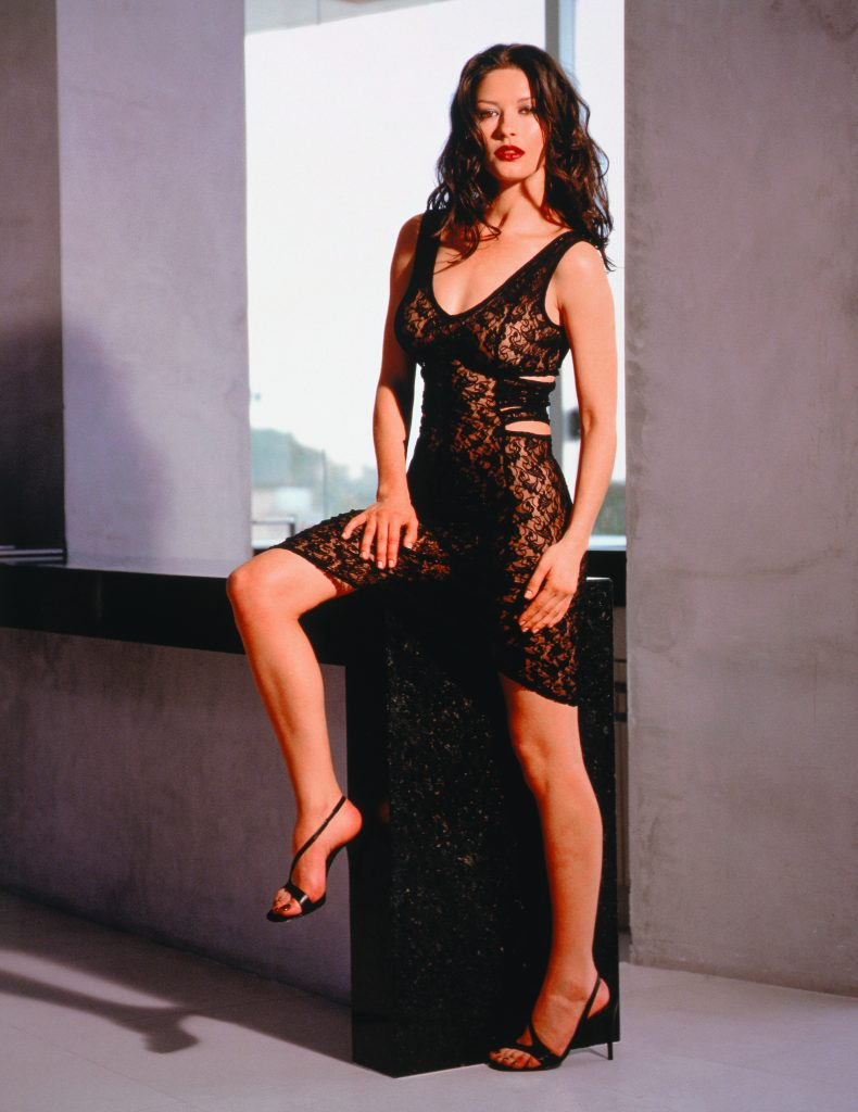 Catherine Zeta-Jones en mini-robe de dentelle