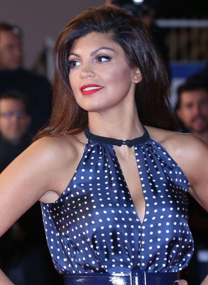 Nawell Madani en robe décolletée