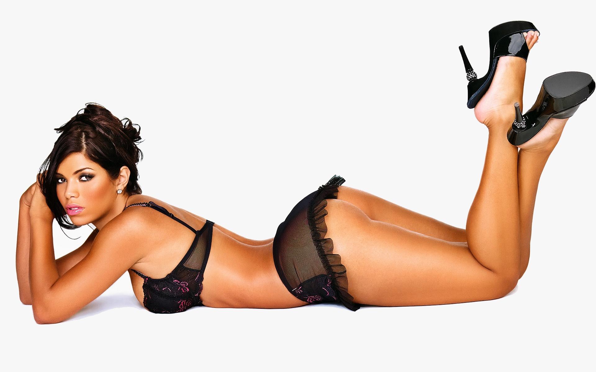 Suelyn Medeiros en lingerie de dentelle