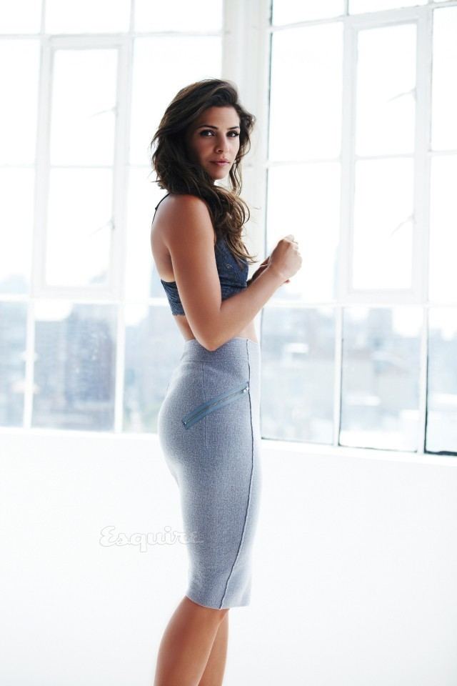 Ana Ayora en débardeur et mini-jupe