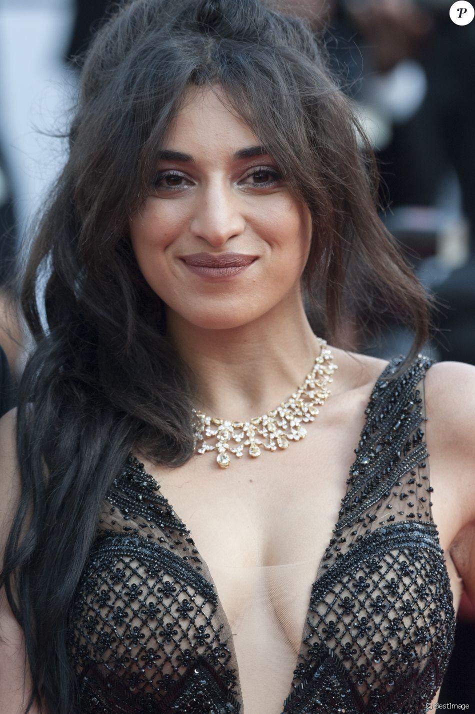 Camélia Jordana en robe très décolletée