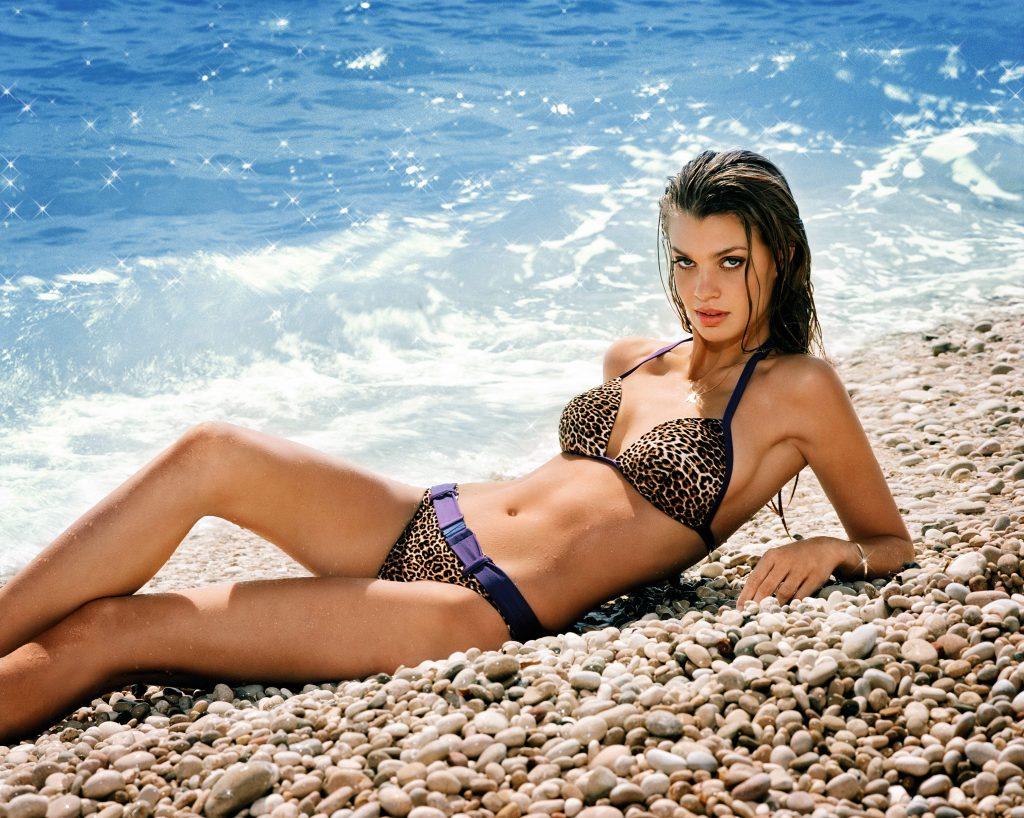Catrin Claeson en bikini sur la plage