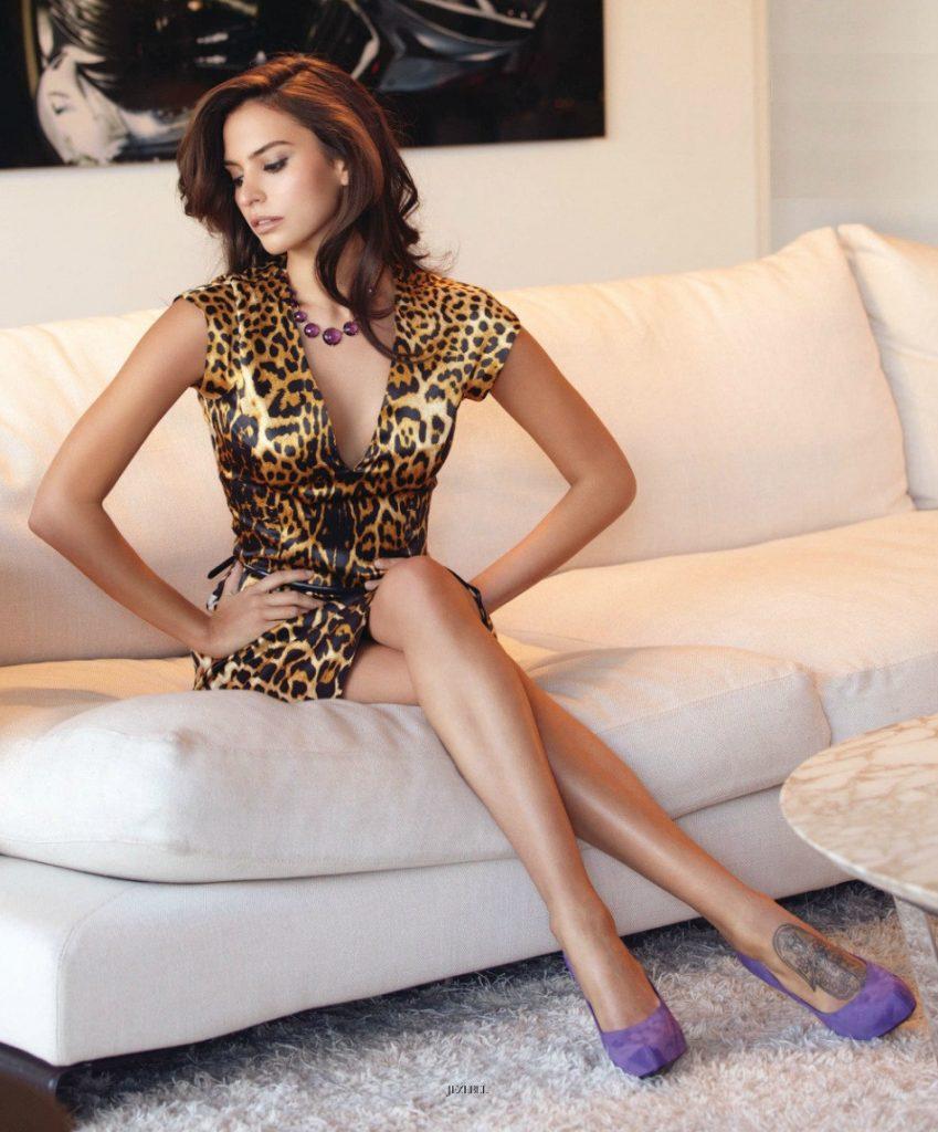 Genesis Rodriguez en mini-robe très décolletée