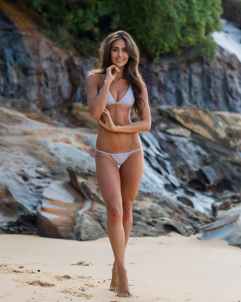Rebecca Portugall en bikini sur la plage