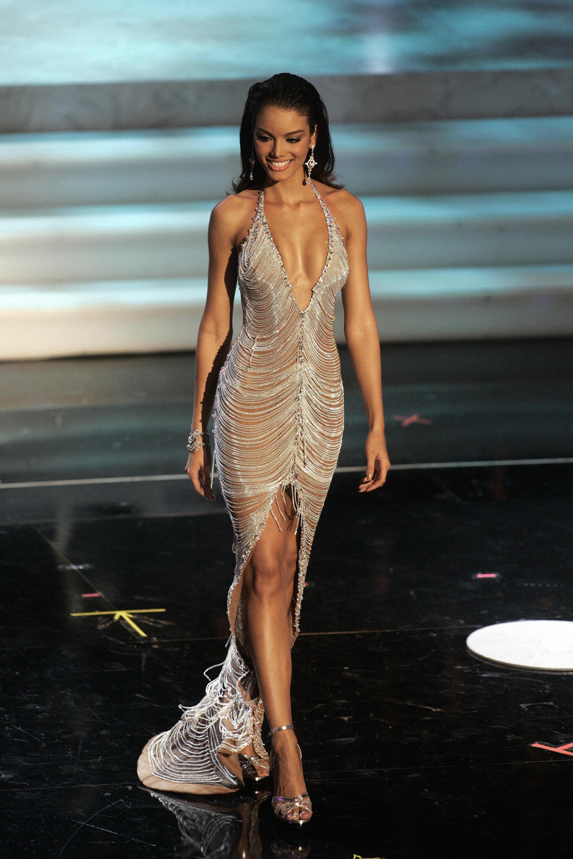 Zuleyka Rivera en robe très décolletée