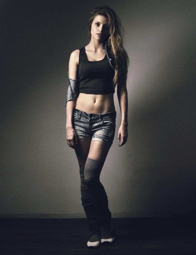 Alina Lanina en mini-short et débardeur