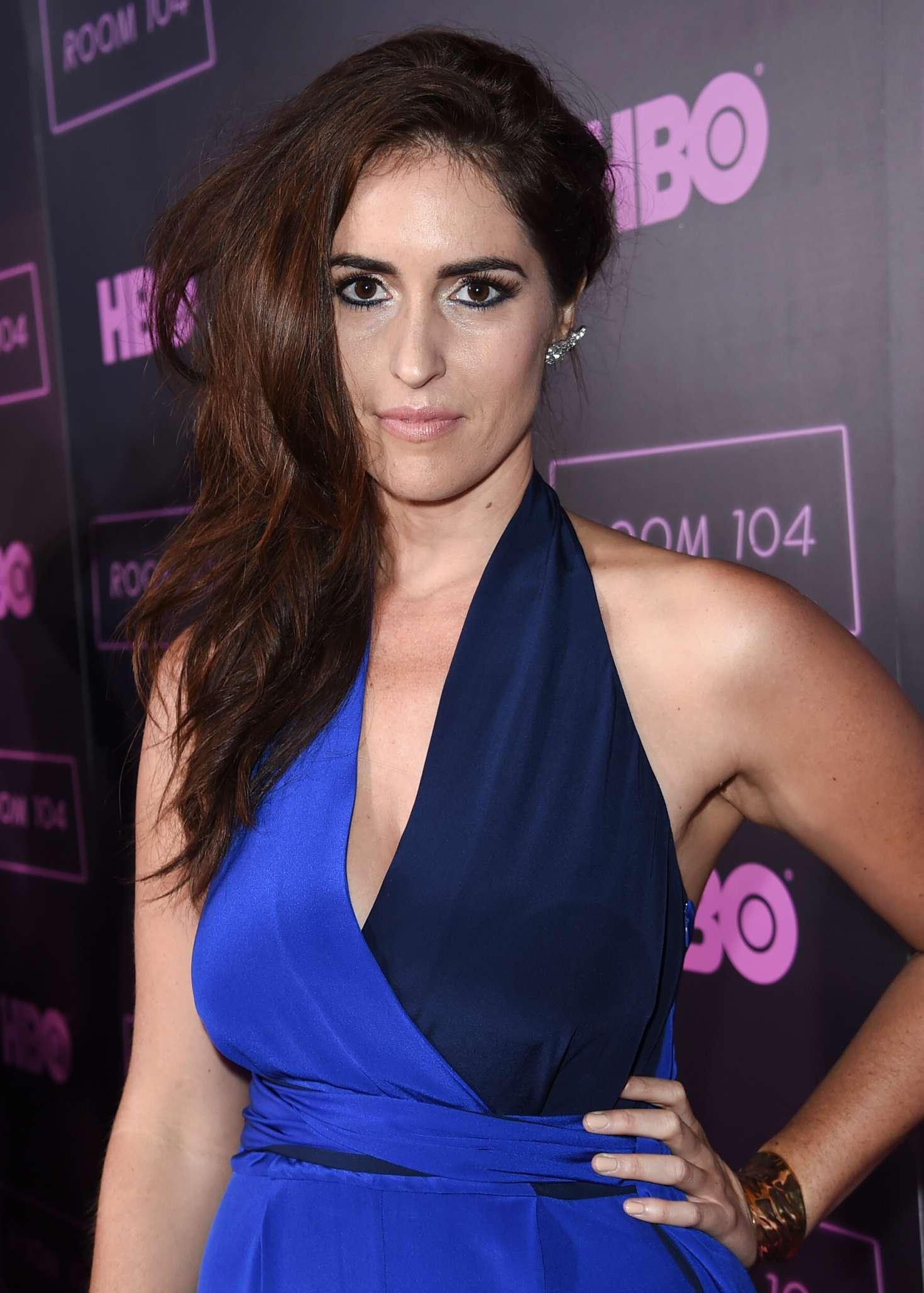 Davie-Blue en robe très décolletée