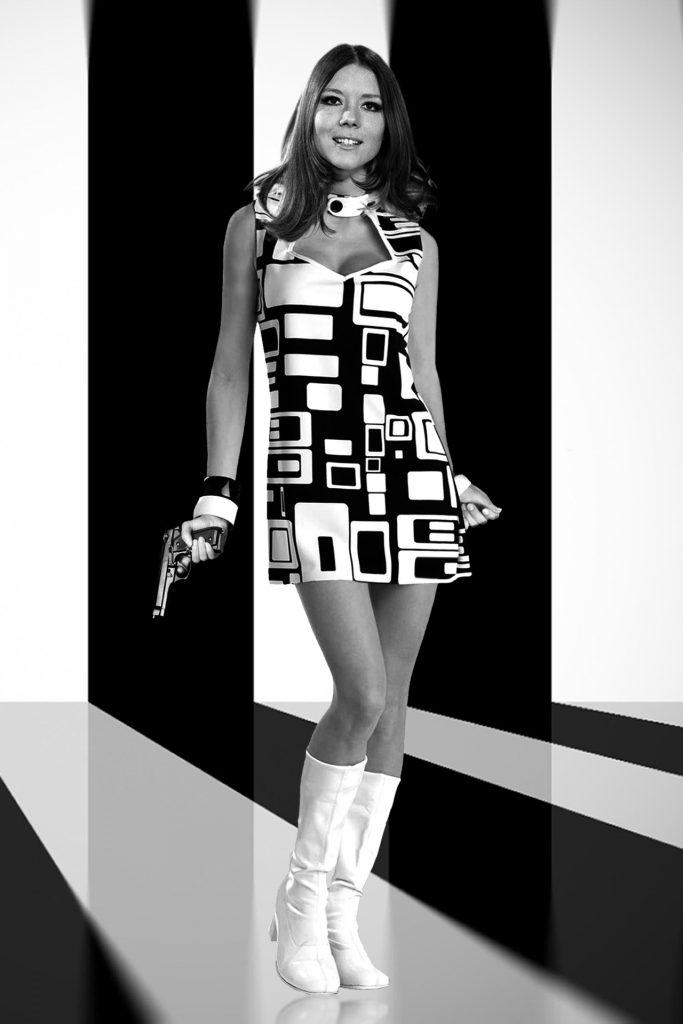 Diana Rigg en mini-robe décolletée